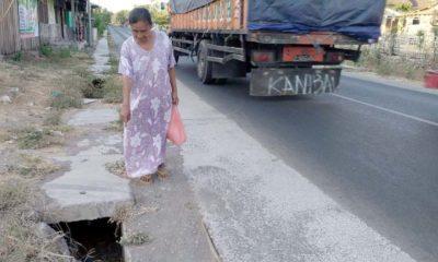 HANCUR : Warga sekitar saat menunjukkan drainase yang rusak berat berlokasi di jalan raya Desa Kotakan serta sering makan korban. (im)