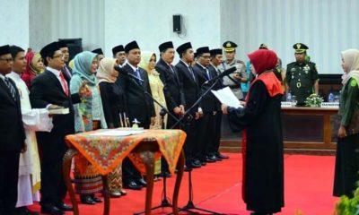 Ketua PN Situbondo Toetik Ernawati SH MH, saat mengambil sumpah janji 45 anggota DPRD Situbondo di Gedung DPRD Situbondo. (im)