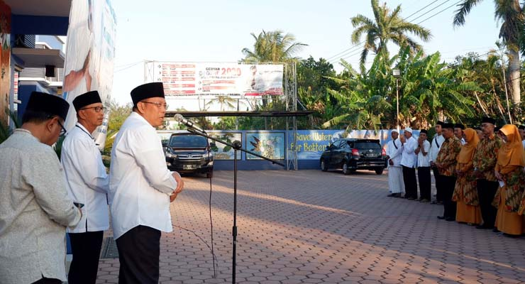 PESAN KEPALA DAERAH: Bupati H Dadang memberikan pengarahan pada acara pelepasan karyawan yang diberangkatkan umroh. (imam)