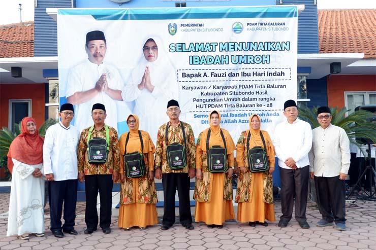 ABADIKAN GAMBAR: Bupati H Dadang Wigiarto (dua dari kanan), Sekdakab H Syaifullah (kanan), Jamal Fajri (dua dari kiri) dan istri (kiri), foto bersama karyawan yang diberangkatkan umroh. (imam)