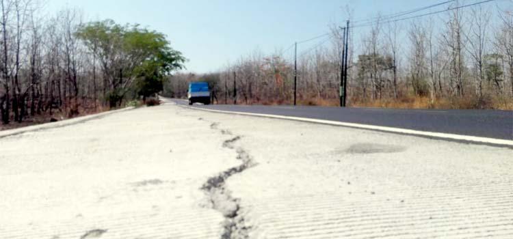 RUSAK: Jalan raya Provinsi di Jalur Pantura Baluran Situbondo. (Tik/im)