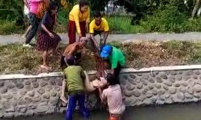 Evakuasi mayat perempuan tewas tenggelam di Desa Sumberkolak, Kecamatan Panarukan, Kabupaten Situbondo, Kamis (30/5/2019). (im)
