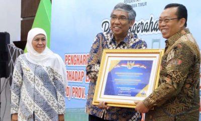 Bupati Situbondo H Dadang Wigiarto SH saat menerima secara langsung piagam yang diberikan oleh Wakil Menteri Keuangan Republik Indonesia Mardiasmo, disaksikan oleh Gubernur Jatim, Khofifah Indar Parawansa di gedung negara grahadi Surabaya Provinsi Jawa Timur. (im)