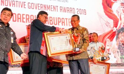 TERIMA PENGHARGAAN : Bupati Situbondo saat menerima piagam penghargaan dari Menteri Dalam Negeri. (imam)