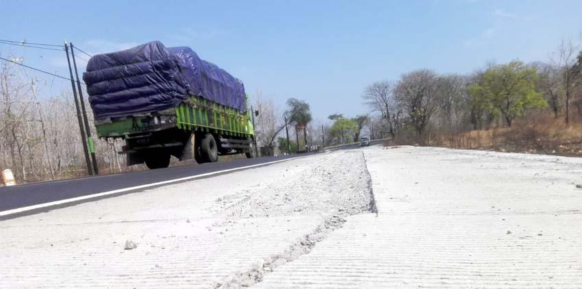 Proyek Jalan Provinsi di Jalan Pantura Baluran Situbondo Memprihatinkan