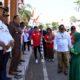 TES KEMAMPUAN: Bupati H Dadang Wigiarto SH memberikan pertanyaan kepada peserta lomba gerak jalan. (im)