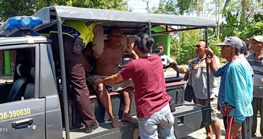 PELAKU PENUSUKAN: Nursadi, pelaku penusukan (telanjang dada) saat digelandang petugas ke Mapolres Situbondo. (imam)