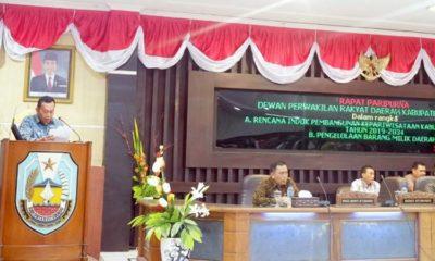 PENJELASAN EKSEKUTIF: Bupati H Dadang Wigiarto SH membacakan jawaban atas pandangan umum fraksi-fraksi. DPRD mengesahkan perda APBD 2020. (imam)