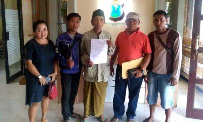 Pelapor Abdul Wafa (68) didampingi Direktur LSM-PEKA Situbondo saat melaporkan kasus tersebut ke Mapolres Situbondo. (im)