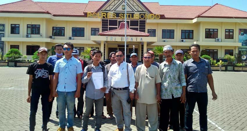 Belasan warga Desa Trebungan, Kecamatan Mangaran, Kabupaten Situbondo saat melapor kasus Pungli Program PRONA ke Mapolres Situbondo. (im)