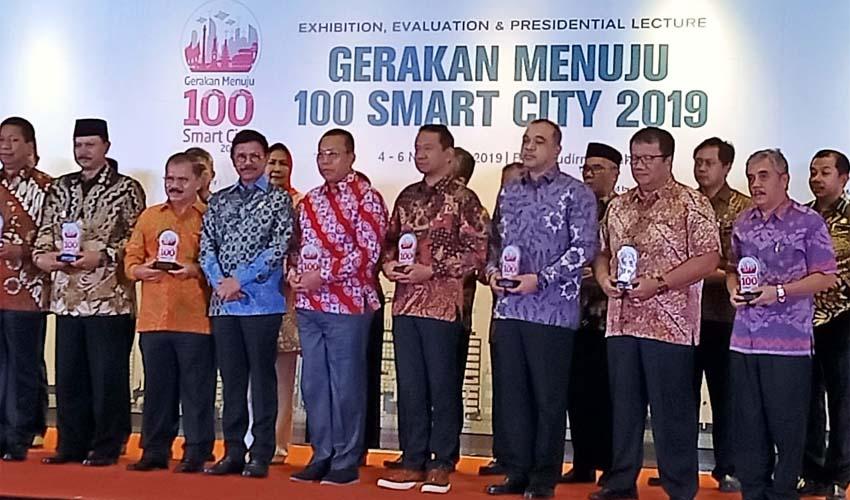 Bupati Situbondo H Dadang Wigiarto SH menerima penghargaan Smart City langsung dari Menteri Kominfo Republik Indonesia (RI). (im)