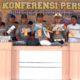 TUNJUKKAN BARANG BUKTI: Kapolres Situbondo AKBP Awan Hariono SH SIK MH saat Konferensi Pers. (imam)