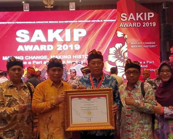 KOMPAK: Bupati H Dadang dan Wabup H Yoyok bersama para kepala OPD dan sejumlah pejabat di lingkungan Pemkab Situbondo, usai penghargaan SAKIP nilai A.