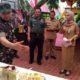 Dandim 0823 / Situbondo Letkol Inf Akhmad Juni Toa SE MI Pol bersama tim Wasev saat mengamati menu masakan lomba berbahan petai dan kopi pegunungan Rengganis. (im)