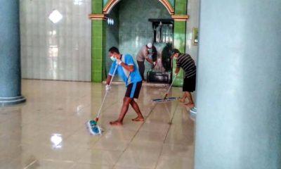 Sabhara Polres Situbondo Kerja Bakti Bersihkan Masjid dan Semprot Disinfektan untuk Cegah Corona