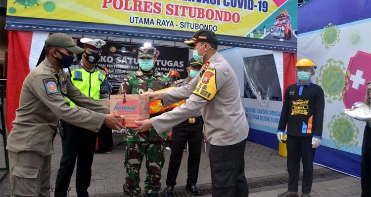 BERI BANTUAN LOGISTIK: Kapolres Situbondo AKBP Sugandi SIK M Hum. (im)