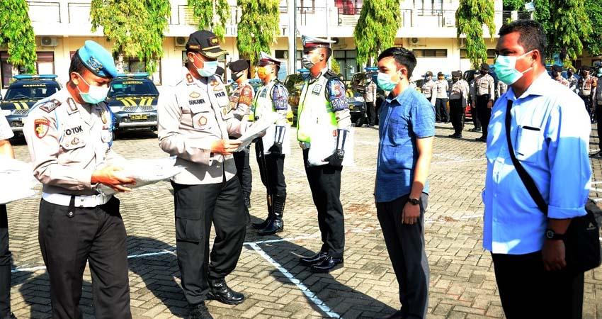BAGIKAN APD: Kapolres Situbondo AKBP Sugandi SIK M Hum membagikan Alat Pelindung Diri (APD) pada anggotanya. (im)