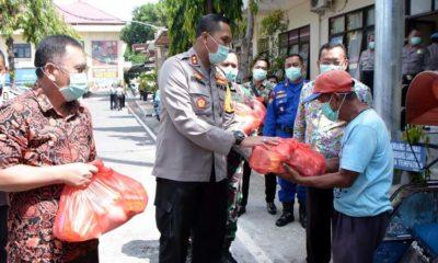 Kapolres bersama Dandim 0823 dan Bupati Situbondo Berikan Bantuan Sembako dan Masker kepada Tukang Becak