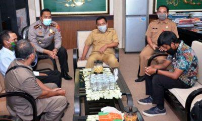 Bagas Baju Batik memakai masker hitam saat berada di ruangan Wabup Situbondo. (im)
