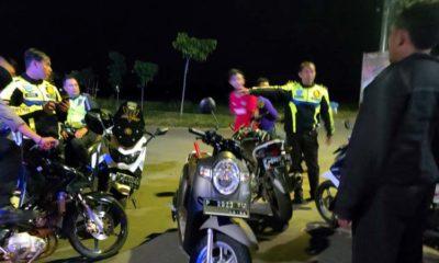 Petugas Patroli gabungan saat menjaring belasan remaja dengan sepeda motornya yang sedang balapan. (im)