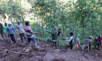 Satgas TMMD ke- 107 Kodim 0823 Situbondo dibantu masyarakat Gotong-royong kerjakan plengsengan. (im)