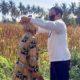BERI MASKER: Wakil Bupati Situbondo Ir H Yoyok Mulyadi M Si saat memakaikan masker pada seorang nenek lansia. (im)
