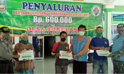 Kepala Desa Tokelan, Kecamatan Panji, Misuri secara simbolis memberikan amplop yang berisi uang tunai sebesar Rp 600 ribu dari dana desa (DD) tahun anggaran 2020. (her)