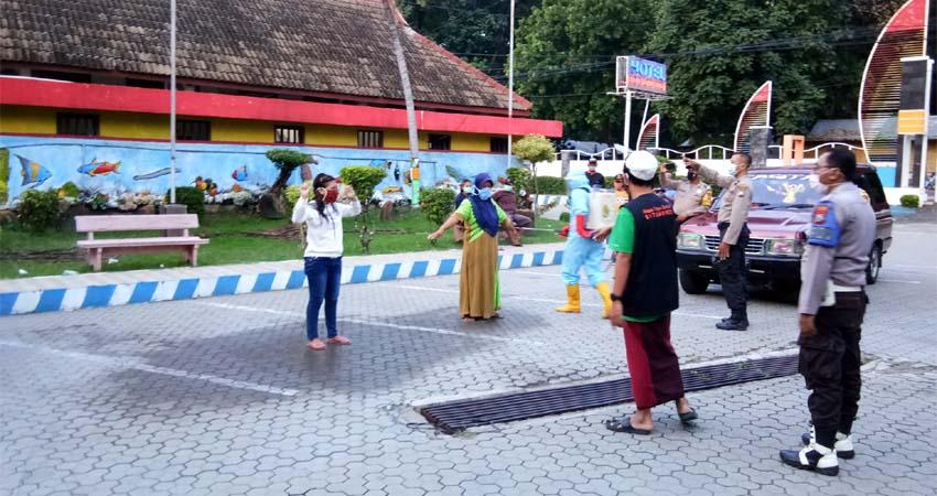 KARANTINA: Satgas Percepatan Penanganan Covid-19 Desa Paowan saat menjemput warganya untuk di Karantina. (im)