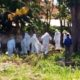 Suasana Pemakaman jenazah dengan protokol pasien PDP di Desa Jangkar. (her)