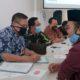 Aktivis Forum Pemerhati Pendidikan dan Ekonomi Masyarakat (FP2EM) Kabupaten Situbondo saat menggelar audiensi bersama pemangku Dinas Pendidikan dan Kebudayaan Kabupaten Situbondo, Jawa Timur. (her/im)