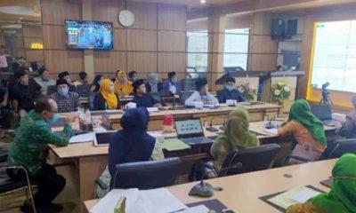 Puluhan aktivis FP2EM saat ditemui oleh Sekdakab Situbondo Drs H Syaifullah MM, Kepala Bappekab dan sejumlah pejabat dari Dinas Pendidikan dan Kebudayaan Situbondo di lantai II Pemkab tepatnya di ruang Intellegence Room. (her)