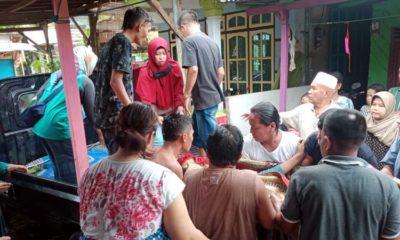 PATAH TULANG: Seorang ibu muda bernama Lusi Susanti (27), warga Dusun Pecaron, Desa Klatakan ditolong oleh tetangganya untuk dilarikan ke rumah sakit. Akibat tertimpa tembok rumah roboh. (her)