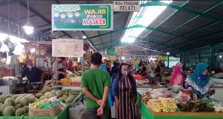 PAKAI MASKER: Pedagang dan Pembeli Pasar Mimbaan baru Situbondo ikuti anjuran Pemerintah. (her)