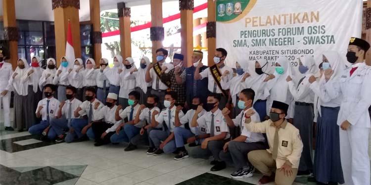 RESMI DILANTIK: Wakil Bupati Situbondo Ir H Yoyok Mulyadi M Si bersama pengurus dan anggota forum OSIS Kabupaten Situbondo, Jawa Timur. (her/im)