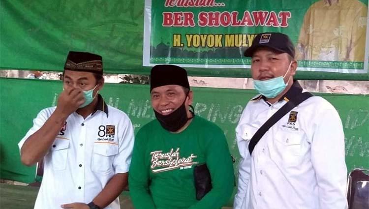 Calon Bupati Situbondo periode 2021 - 2025, Ir H Yoyok Mulyadi M Si saat diapit oleh Ketua DPD PKS Situbondo. (her/im)