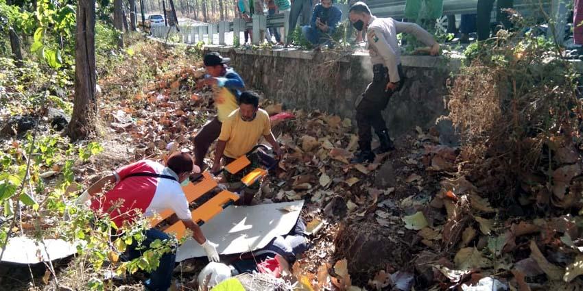 Polisi saat mengevakuasi korban MD akibat kecelakaan tunggal dari dalam jurang Baluran Situbondo. (tik/im)