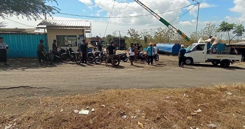 Puluhan Warga Demo Pabrik Aspal. (her)