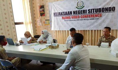 Beberapa petugas pemungut pajak bumi dan bangunan (PBB-P2) hadir di Kantor Kejari Situbondo untuk dimintai keterangan dan membuat surat pernyataan akan mengembalikan. (her/im)