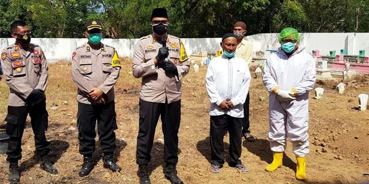 Kapolres Situbondo AKBP Sugandi SIK M Hum memberikan tausiyah terkait pelaksanaan pemakaman sesuai protokol Covid-19. (her/im)