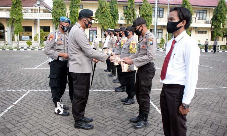 Kapolres Situbondo AKBP Sugandi SIK M Hum saat memberikan penghargaan kepada 11 anggota. (im)