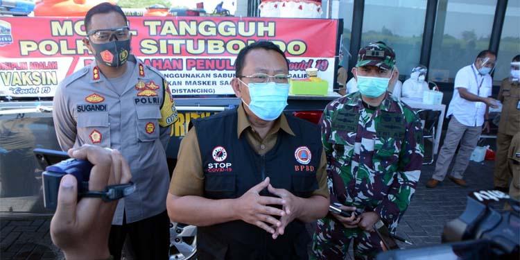 Bupati Situbondo H Dadang Wigiarto SH saat diwawancarai awak media. (her/im)