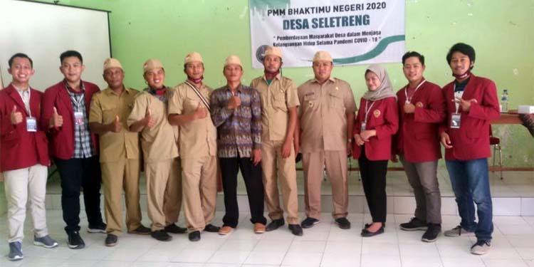 Taufik Hidayat, Kepala Desa Seletreng saat foto bersama Mahasiswa Kuliah Kerja Nyata (KKN) dari Universitas Muhammadiyah (UMM) Malang. (im)