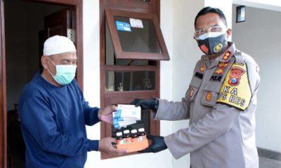 Kapolres Situbondo Ajun Komisaris Besar Polisi Sugandi SIK M Hum saat membagikan Obat - Obatan dan Sembako untuk Pasien Covid-19. (im)