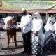 Penyerahan hewan kurban dilakukan oleh Kapolres Situbondo AKBP Sugandi SIK M Hum kepada panitia kurban. (her)