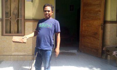 Salah satu korban pengrusakan rumah menunjukkan batu bata yang dilemparkan oknum anggota PSHT pada kaca rumahnya. (im)
