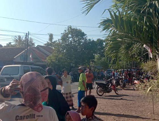 RESAH: Warga Desa Kayuputih, Kecamatan Panji, Kabupaten Situbondo, saat berkumpul ditepi jalan. (im)