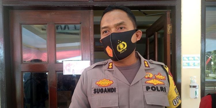 Kepala Kepolisian Resort (Kapolres) Situbondo AKBP Sugandi SIK M Hum saat diwawancarai wartawan Memo X. (im)