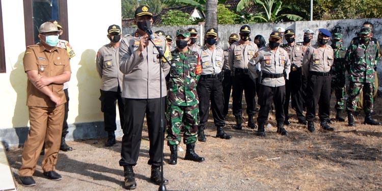 Kepala Kepolisian Resort (Kapolres) Situbondo AKBP Sugandi SIK M Hum pimpin apel gabungan TNI Polri dalam rangka menciptakan situasi kamtibmas kondusif pasca terjadinya bentrok diduga anggota PSHT. (her)