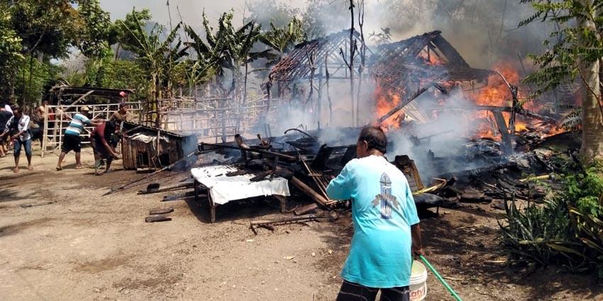 Rumah semi permanen milik Sugiyanto (60) tampak ludes terbakar. (her)