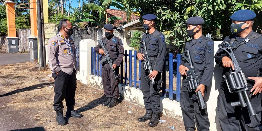 Kombes Pol Drs Sungkono mengecek langsung kesiapan personil pengamanan, baik dari Polres maupun BKO Brimob dari Polda Jatim yang disiagakan dilokasi kejadian pengrusakan rumah warga oleh anggota PSHT